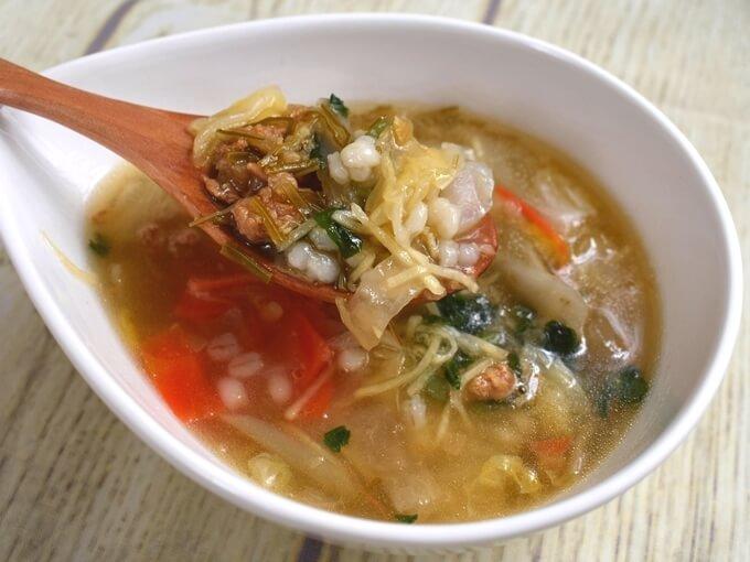 「もち麦入り! 和風生姜スープ」をスプーンですくった画像