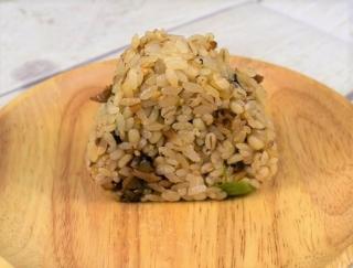 大人の味わい広がるセブンの新作おにぎり「もち麦もっちり! あさり生姜」