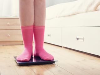 体重を測る女性の画像
