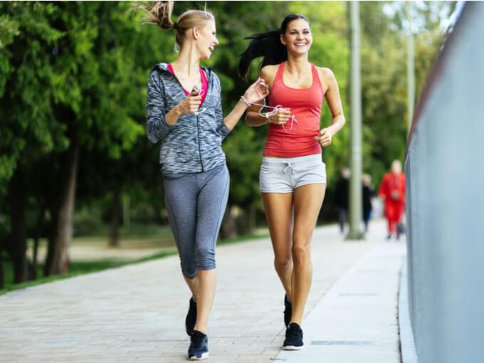走る女性たちの画像