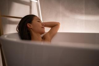 お風呂に入りながらリラックスしている女性のイメージ画像