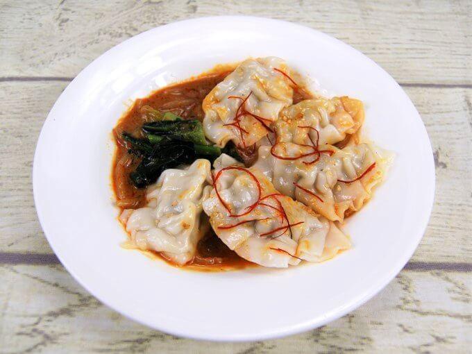 「胡麻辛だれで食べる水餃子」を皿に盛りつけた画像