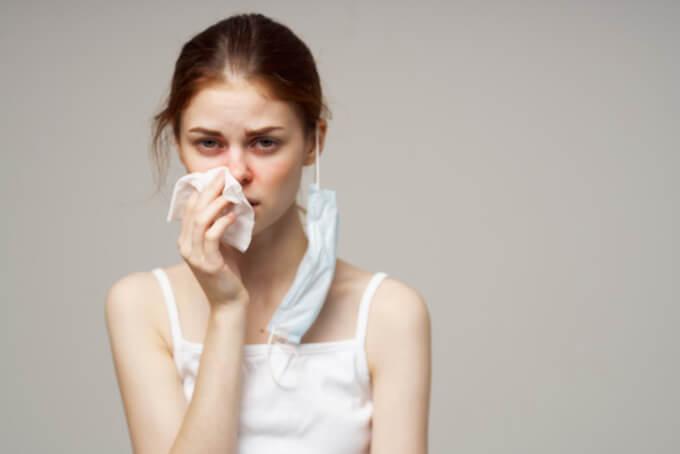 鼻水がつらい女性