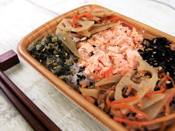 「鮭と根菜のごはん(スーパー大麦入り)」とお箸の画像