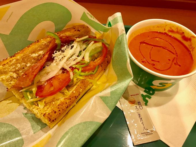 サブウェイのサンドイッチとスープにえごま油をかけた