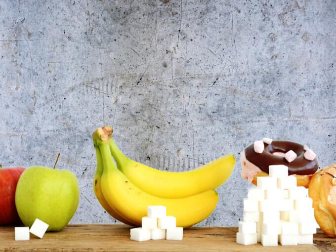 色々な種類の砂糖が容器に入っている画像