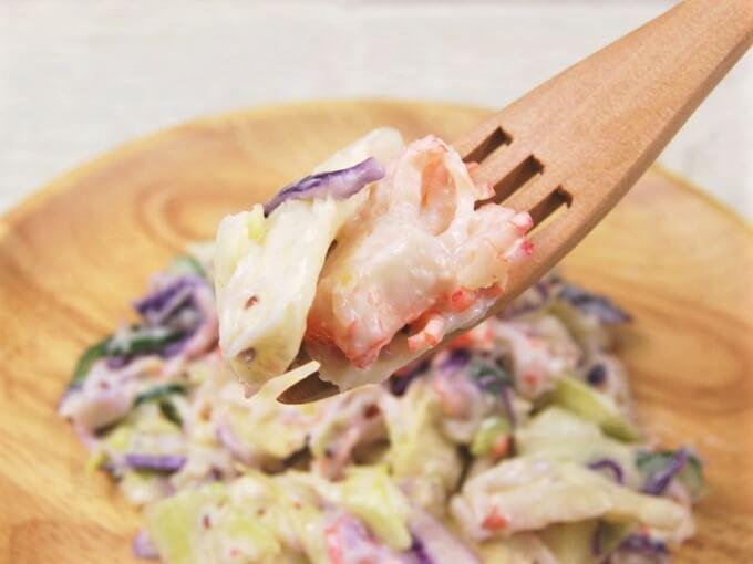 フォークで持ち上げた「かに風味サラダ」の画像