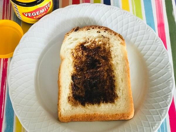 ベジマイトをパンに塗った