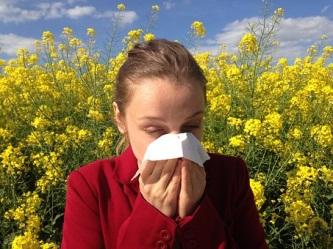 花粉がつらそうな女性