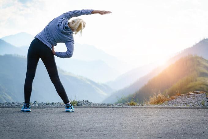 体操している女性の画像