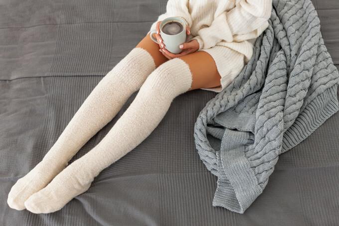 モコモコ靴下を履いている女性の足元画像