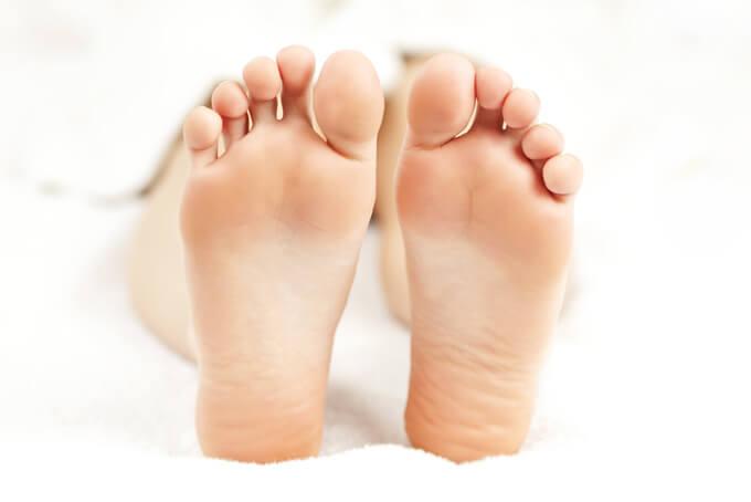 足裏をしっかり見せる女性