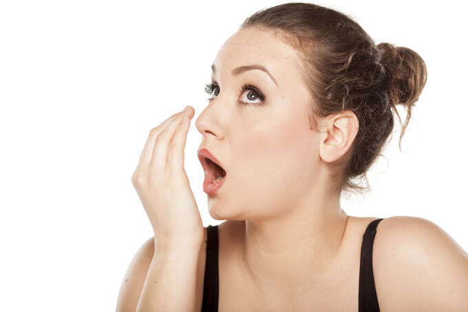 口臭をチェックする女性の画像