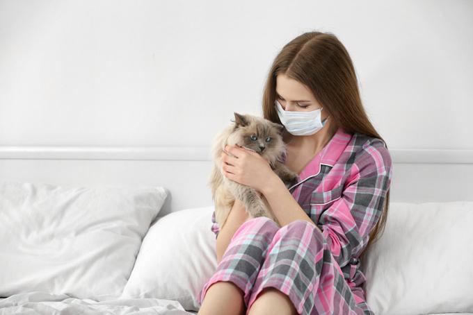 風邪に苦しむ女性の画像