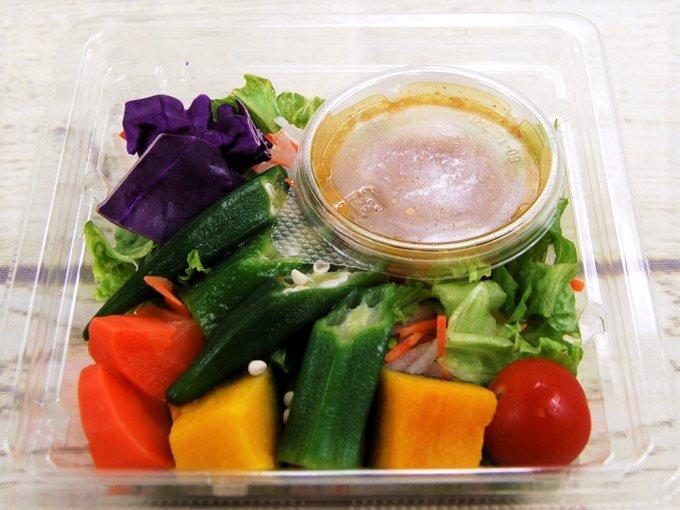容器のふたを開けた「緑黄色野菜のサラダ」の画像