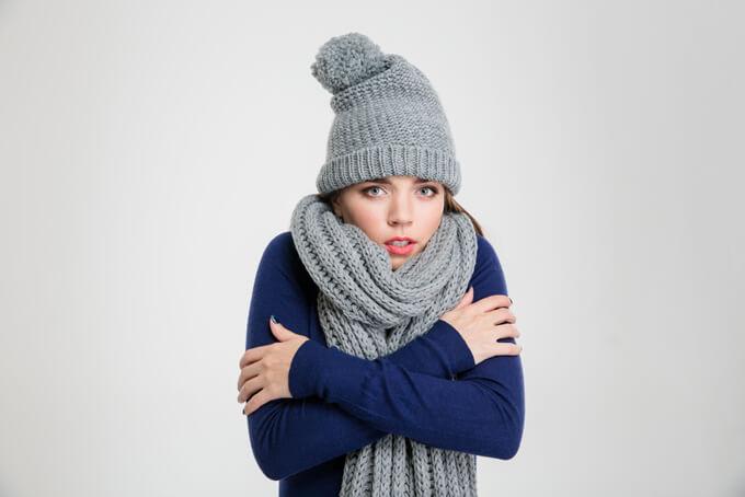 寒がっている女性の画像