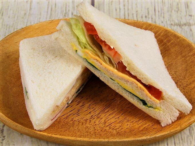 野菜サンドが上になって重ねられている画像