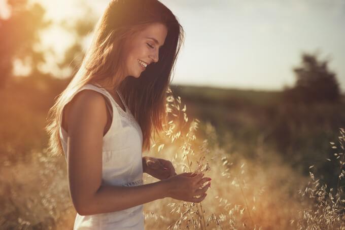 野原にいる笑顔の女性