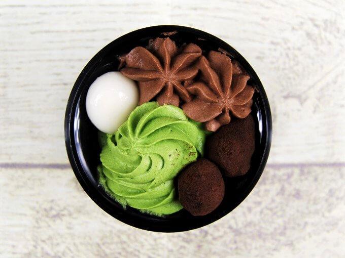 容器のふたを外した「宇治抹茶とチョコレートの和ぱふぇ」の画像