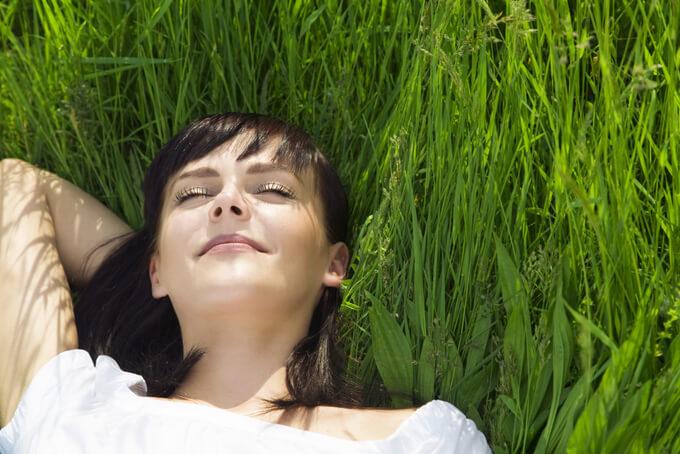 リラックスしている女性の画像