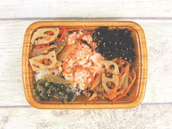「鮭と根菜のごはん(スーパー大麦入り)」の容器のふたを開けた画像
