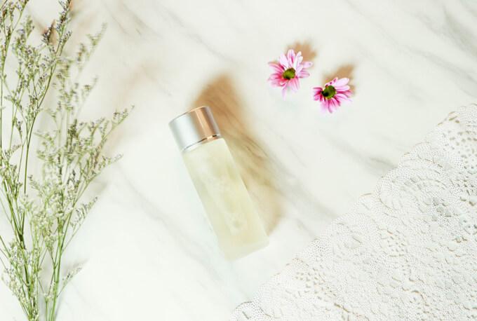 化粧水のビンを上から見た画像
