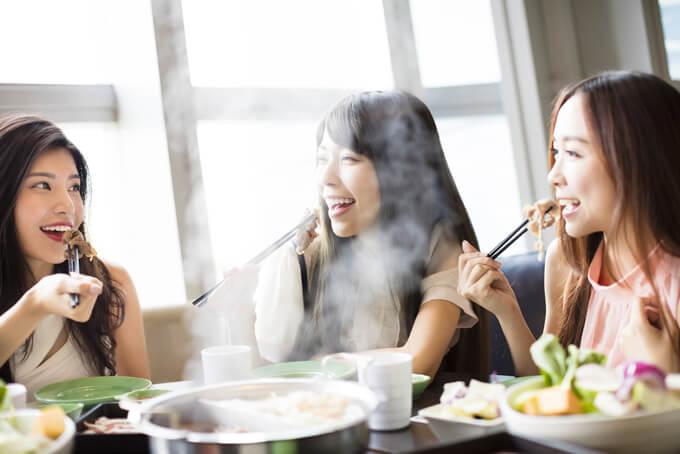 鍋料理を囲む女性たちの画像
