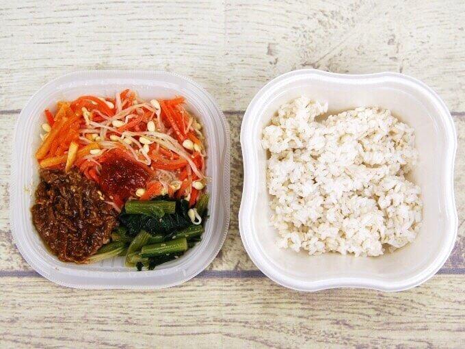 上段と下段の「1/2日分の野菜! 9種野菜の特製ビビンバ」を表示した画像