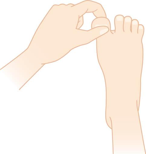 足指をつまんでもむ