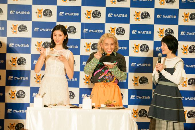 橋本マナミさんとりゅうちぇるさんが試食している写真
