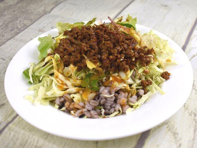 お皿に盛った「担担風雑穀入りサラダ」の画像
