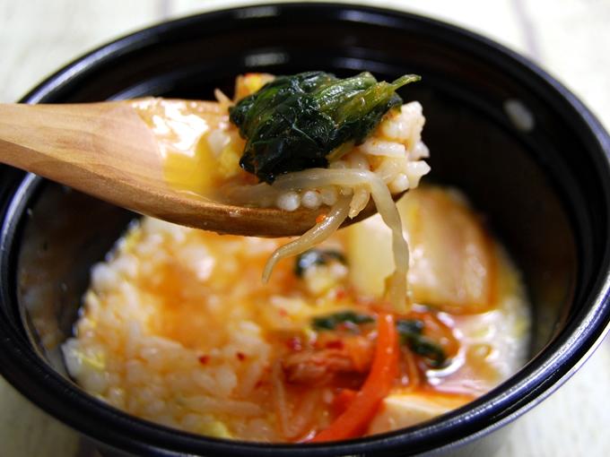 「鍋から〆まで楽シメる! 辛口豚チゲ鍋(+たまご雑炊)」をスプーンですくった画像