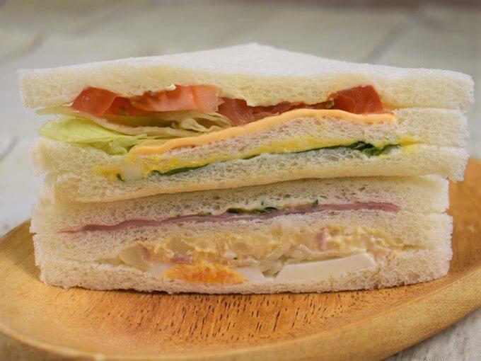 ふたつのサンドイッチが横向きに重なっている画像