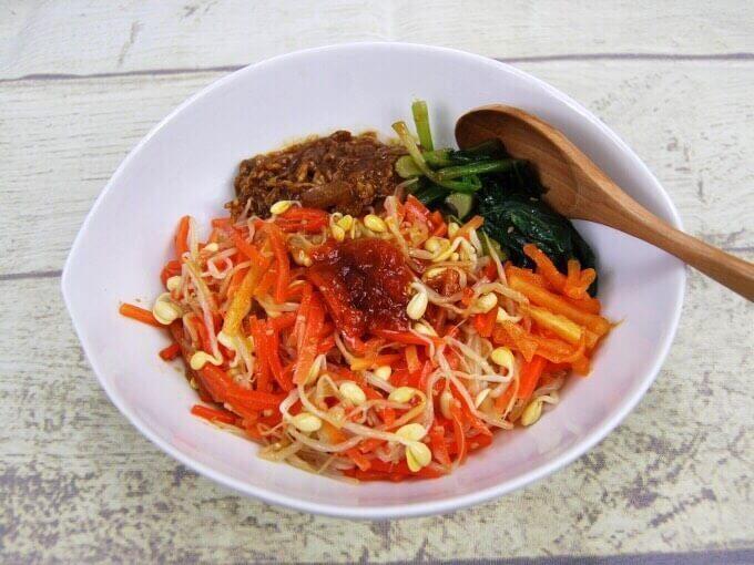 お皿に移した「1/2日分の野菜! 9種野菜の特製ビビンバ」の画像