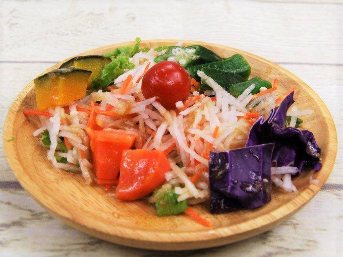 お皿に盛った「緑黄色野菜のサラダ」の画像