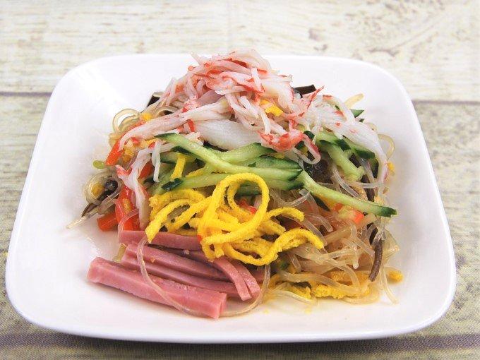 お皿に盛った「具だくさんの春雨サラダ」の画像