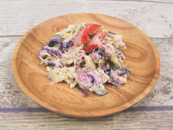 お皿に盛りつけた「かに風味サラダ」の画像