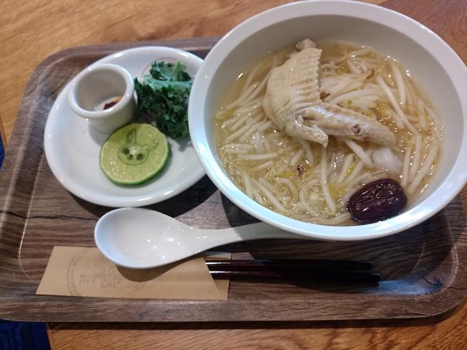 手羽先参鶏湯スープのフォーの画像