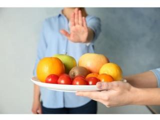 果物を遠慮する女性