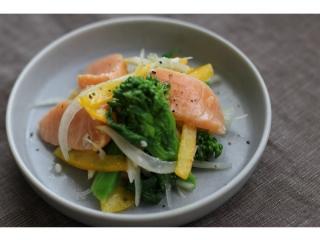 春の紫外線からお肌を守ろう。「春野菜とサーモンのマリネ」でサビつき知らずの体へ