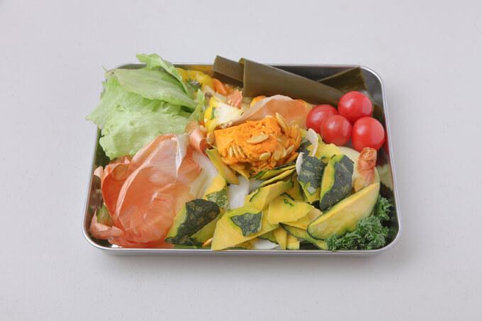 バットの上にある野菜くずの画像