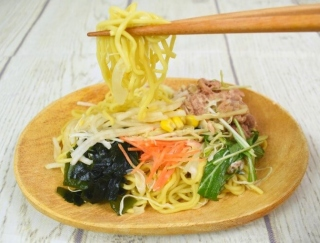 ラーメンなのにヘルシー!? ファミマの新商品「野菜と食べる! ラーメンサラダ」