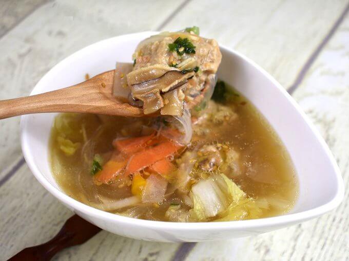 「ごぼうと蓮根のつくね入り和風スープ」をスプーンですくった画像
