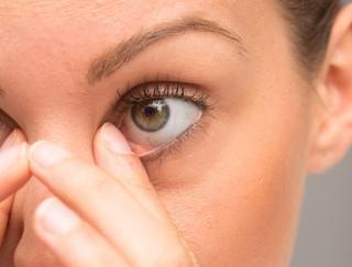 女性に多いドライアイ。そのサインは「渇く」ではなく「目が疲れる」