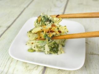 「バジルチーズグリーンサラダ」を箸ですくった画像
