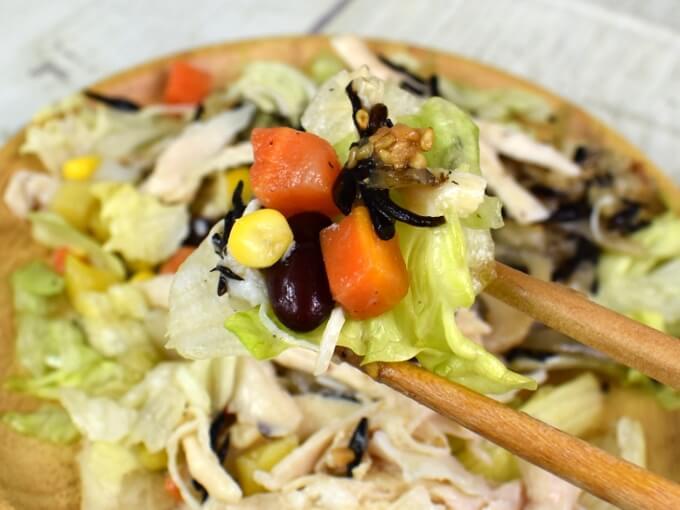 箸ですくった「サラダチキンの15品目サラダ」の画像