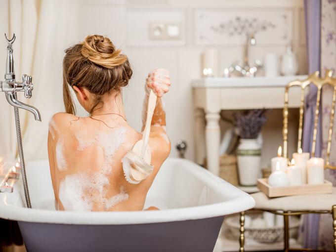 体を洗う女性の画像