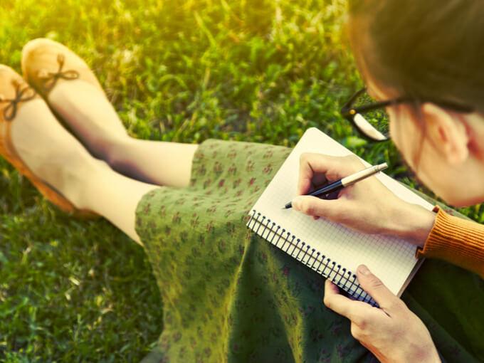 日記を書く女性の画像