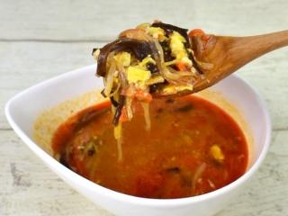 スプーンですくった「黒酢仕立て! 旨辛酸辣湯」の画像