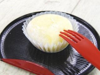 「もちとろ安納芋の生スイートポテト」をお盆にのせた画像